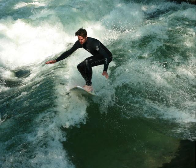 Surfer auf der Welle im Eisbach in München, Pomponetti