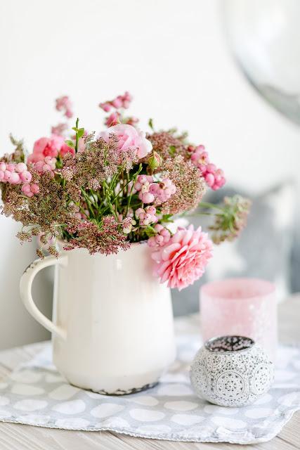 Weekendflowers, wilde Möhre, Schneebeere und Rosen, Pomponetti