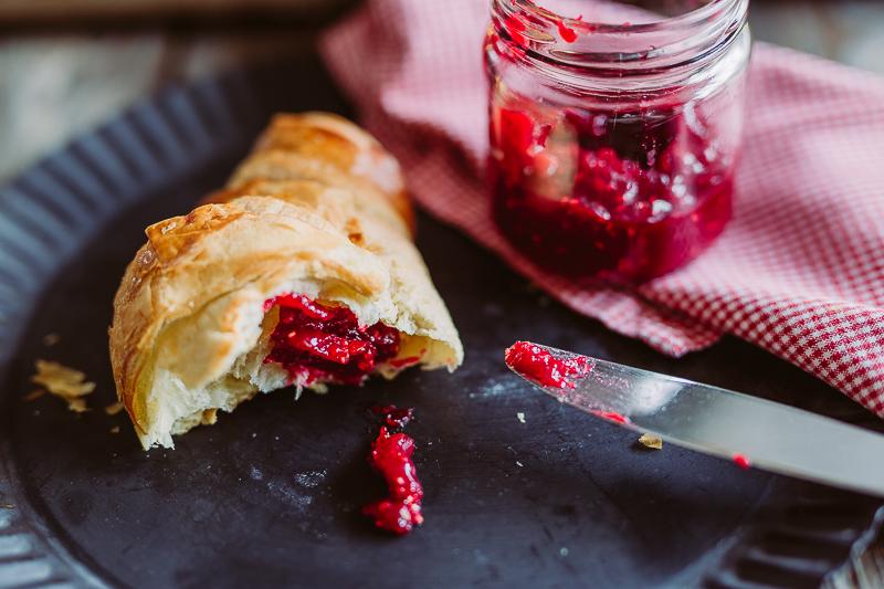Geschenke aus der Küche oder Weihnachtsmarmelade mit Himbeeren, Cranberries und weißer Schokolade, Pomponetti