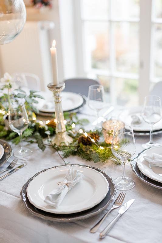Der festlich gedeckte Weihnachtstisch an Heiligabend, Pomponetti, Tischdekoration