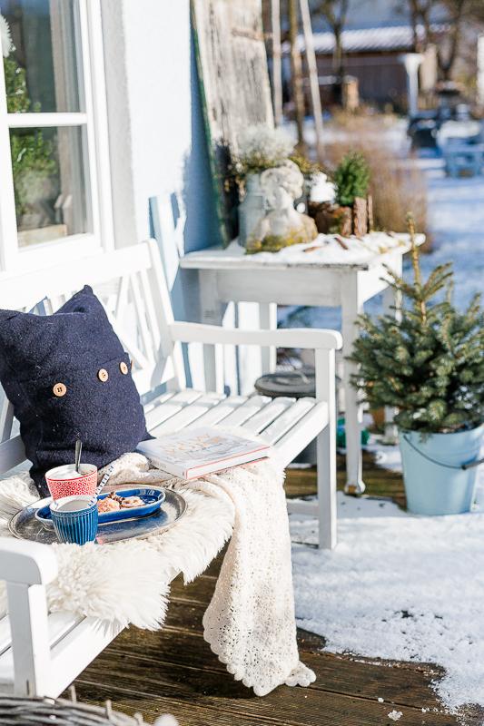 Weihnachtliche Lieblingsecken, Pomponetti, Hauseingang weihnachtlich dekoriert
