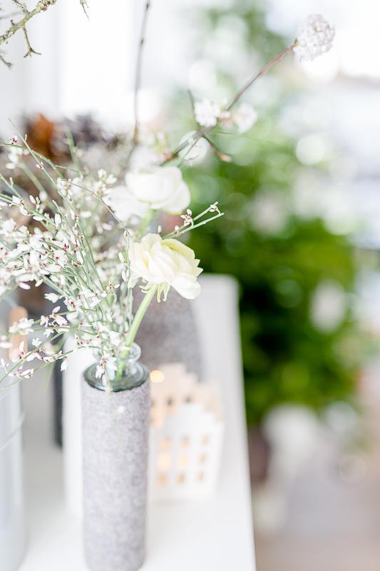 Friday Flowerday, Pomponetti, weiße Ranunkeln mit Ginster
