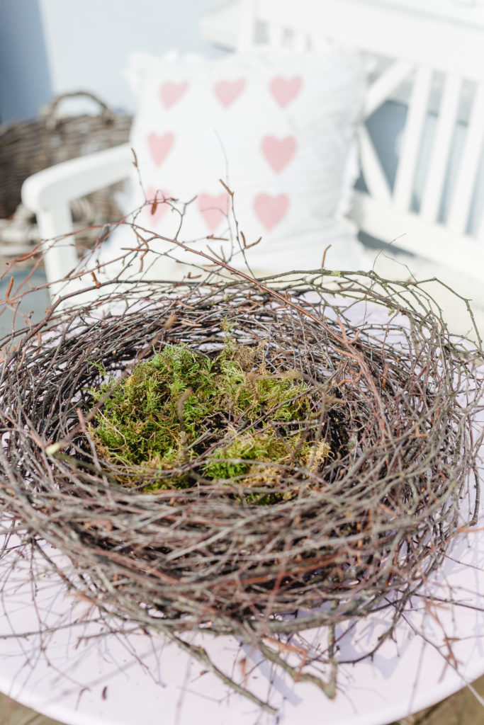 Frühlingsanfang mit Nest aus Birkenreisig, Osterdekoration, DIY zu Ostern, Pomponetti
