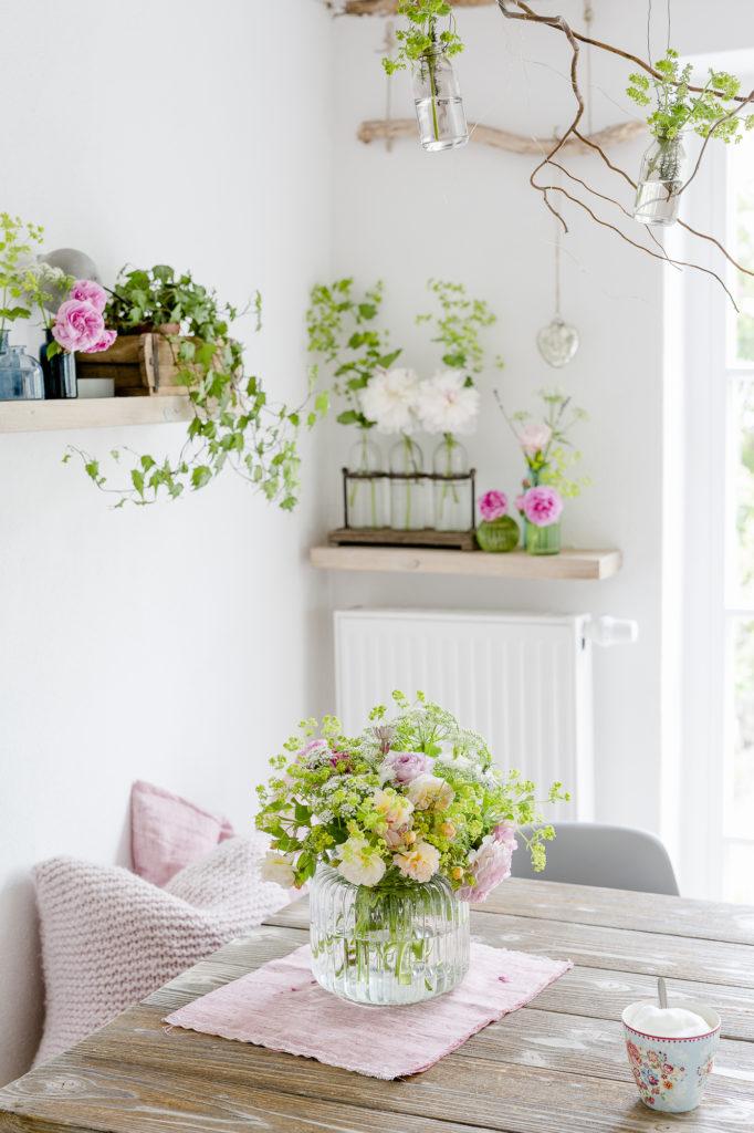 Gartenstrauß mit Rosen und Frauenmantel, Pomponetti