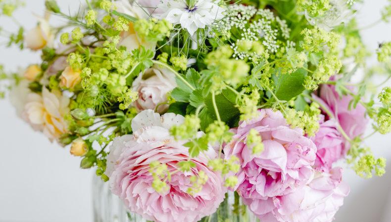 Gartenstrauß mit Rosen und Frauenmantel