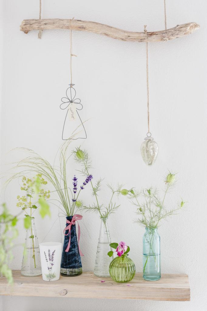 Tolle Blumendeko, Einzelvasen auf Regal
