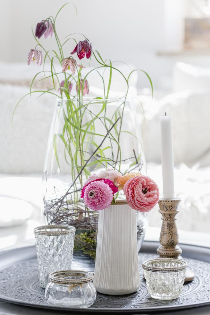 Frühlingsdekoration mit Blumen, Pomponetti