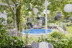 Ein Pool im Garten, Pomponetti