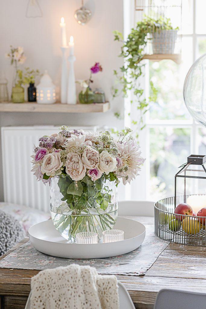 Ramo de verano, Dahlia Cafe au Lait con rosas vintage, pomponetti